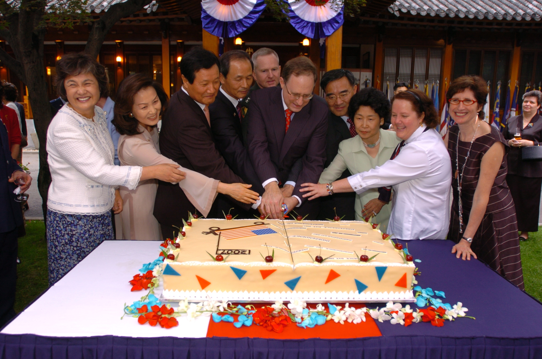 Cake Cutting at 2007 Embassy Independence Day celebration